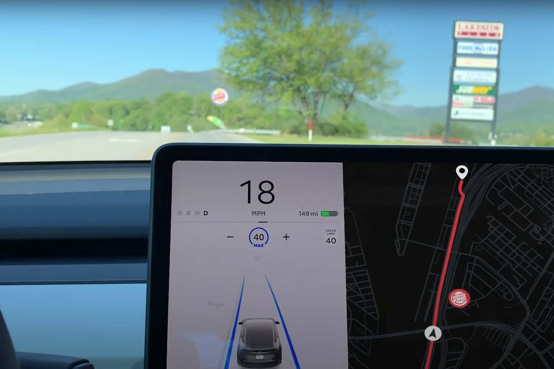 A estranha falha que faz carros da Tesla pararem sozinhos no Burger King