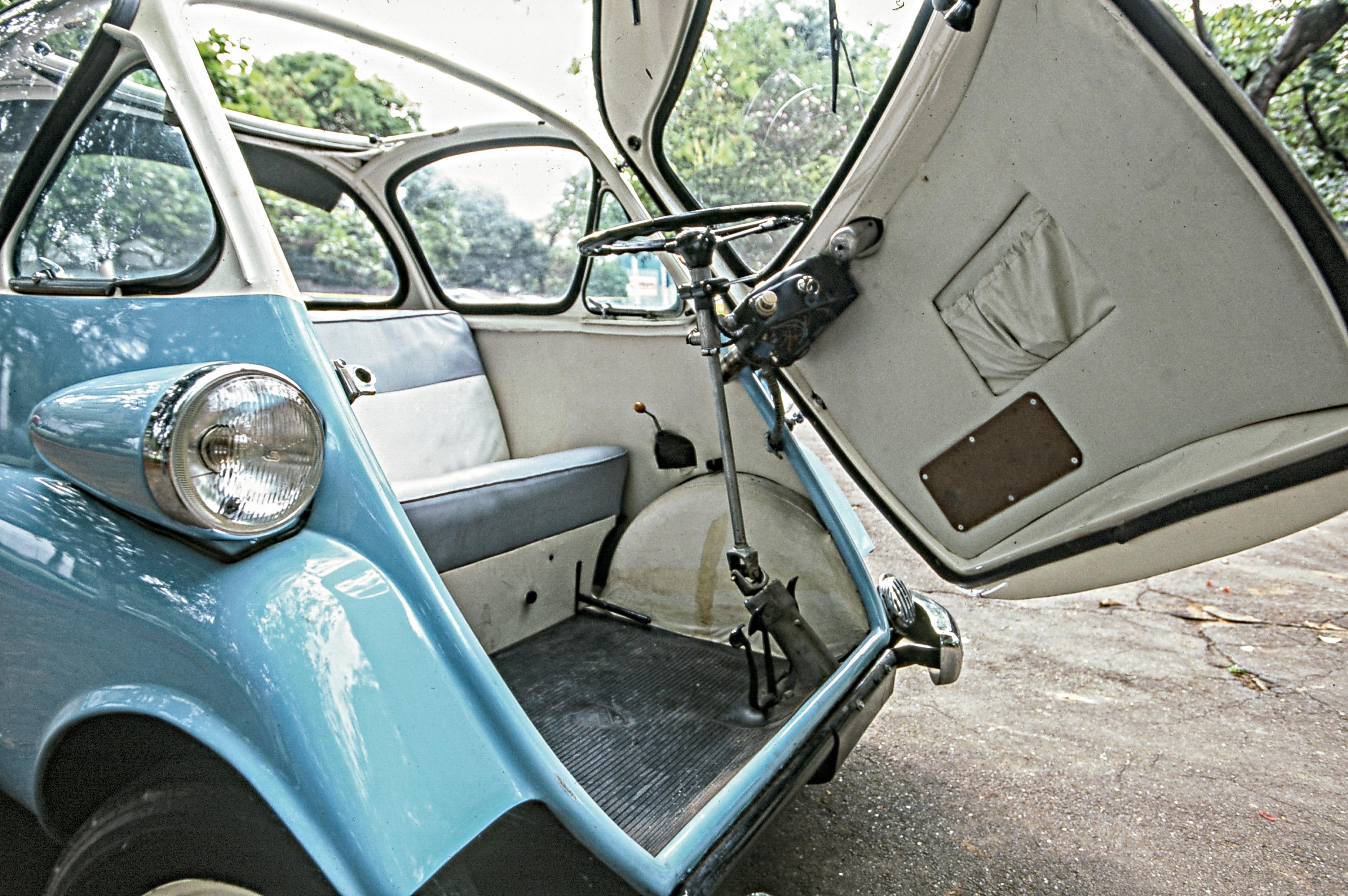 Romi Isetta azul visto de frente com a porta aberta