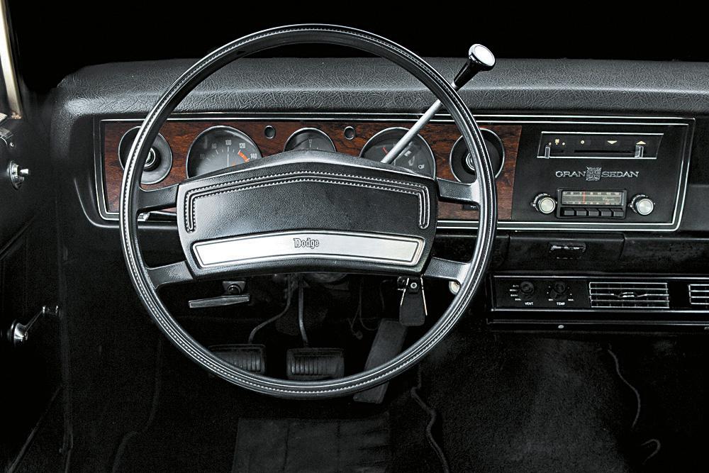 Interior do Gran Sedan, modelo 1976 da Dodge.