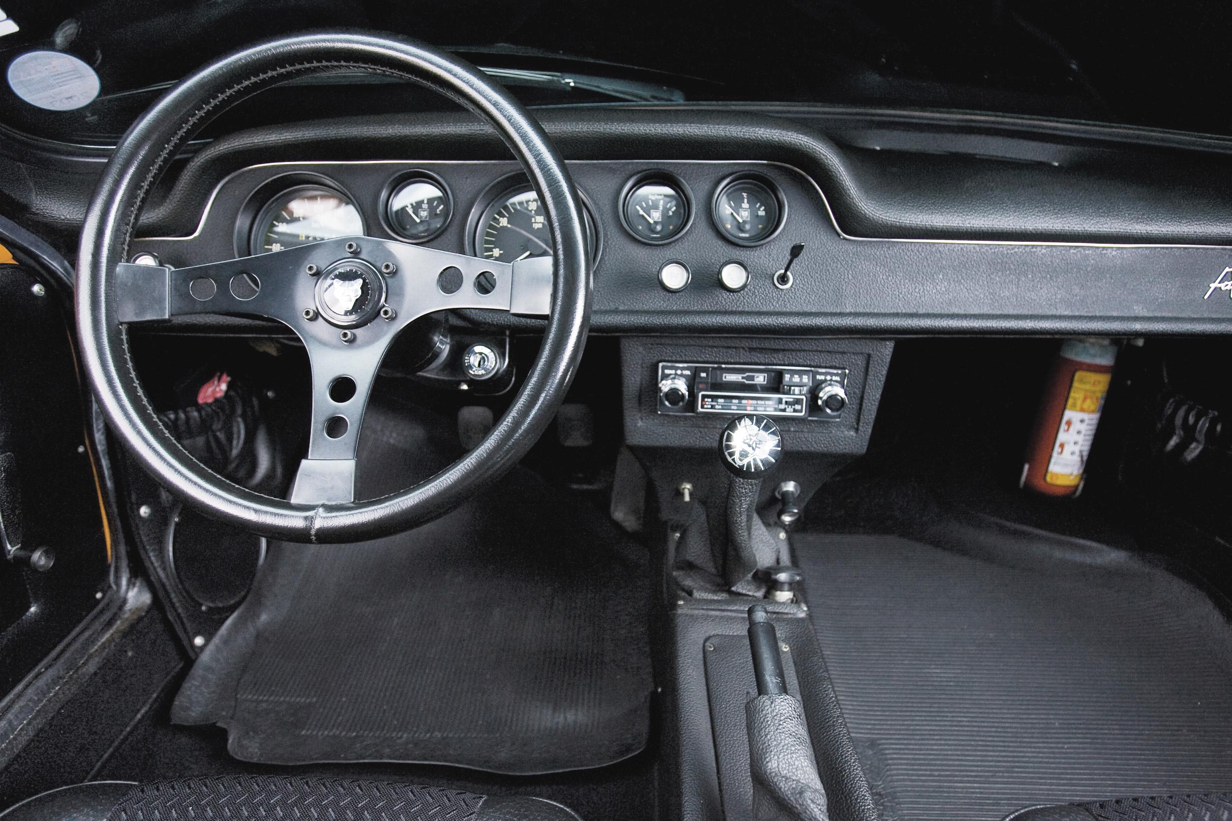 Interior do Puma GTE, modelo 1974, do arquiteto Adhemar Dizioli Fernandes.