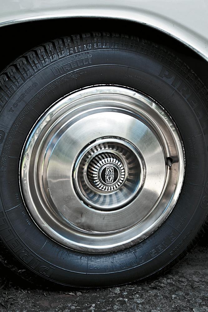 Roda do Gran Sedan, modelo 1976 da Dodge.