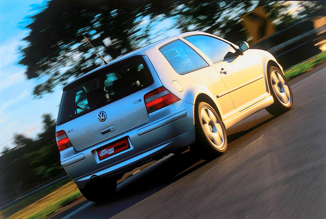 Automóvel Golf GTI VR6, modelo 2003 da Volkswagen, testado pela revista Quatro Rodas.