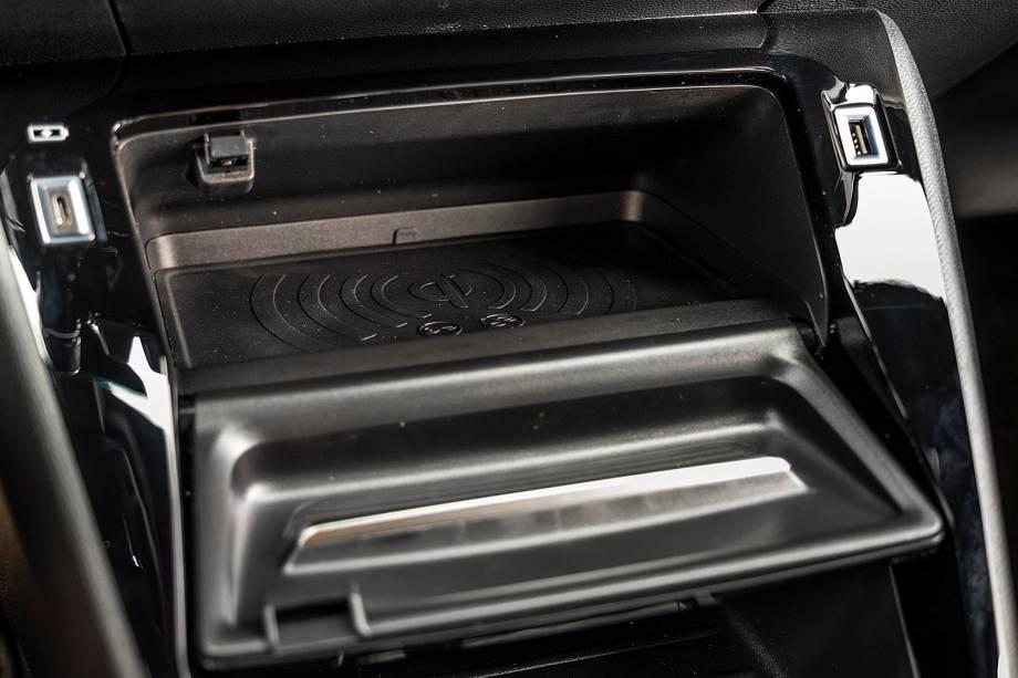 Carregador sem fio de smartphone fica dentro de porta-objetos
