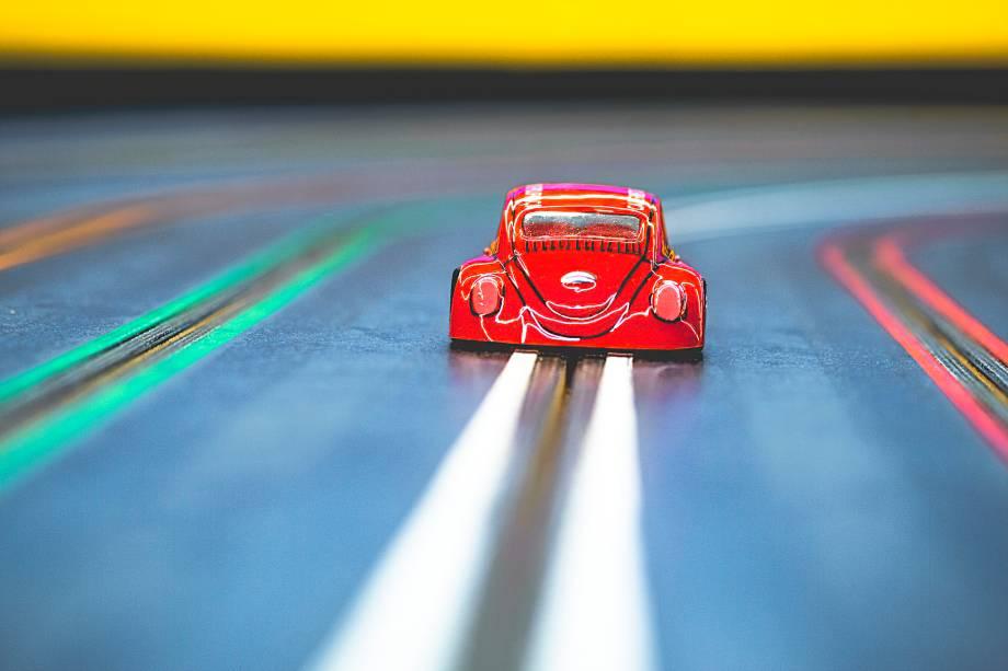 Carros de autorama em uma das três pistas que você irá encontrar na Parolu Automodelismo