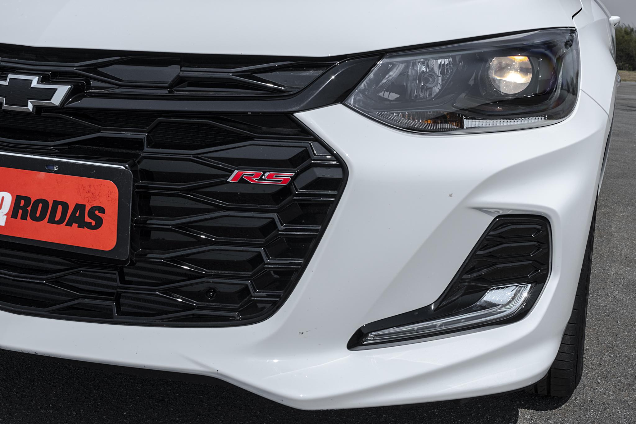 Grade dianteira tem emblema RS e tons de preto se destacam ao redor da carroceria do Onix RS