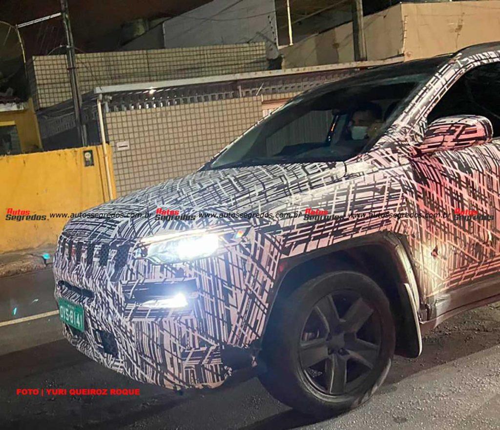 O novo Compass foi flagrado circulando próximo à fábrica da Jeep, em Pernambuco
