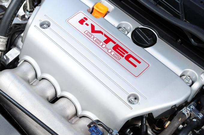 Motor do Civic SI modelo 2011 da Honda, durante teste comparativo da revista Qua