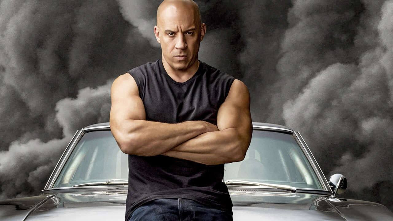 Dominic Toretto (Vin Diesel) e Dodge Charger vistos de frente