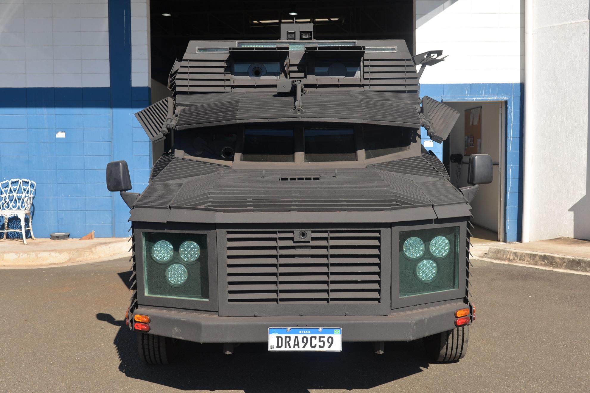 A vista frontal destaca os sensores que permitem conduzir o Predador até sob escuridão completa