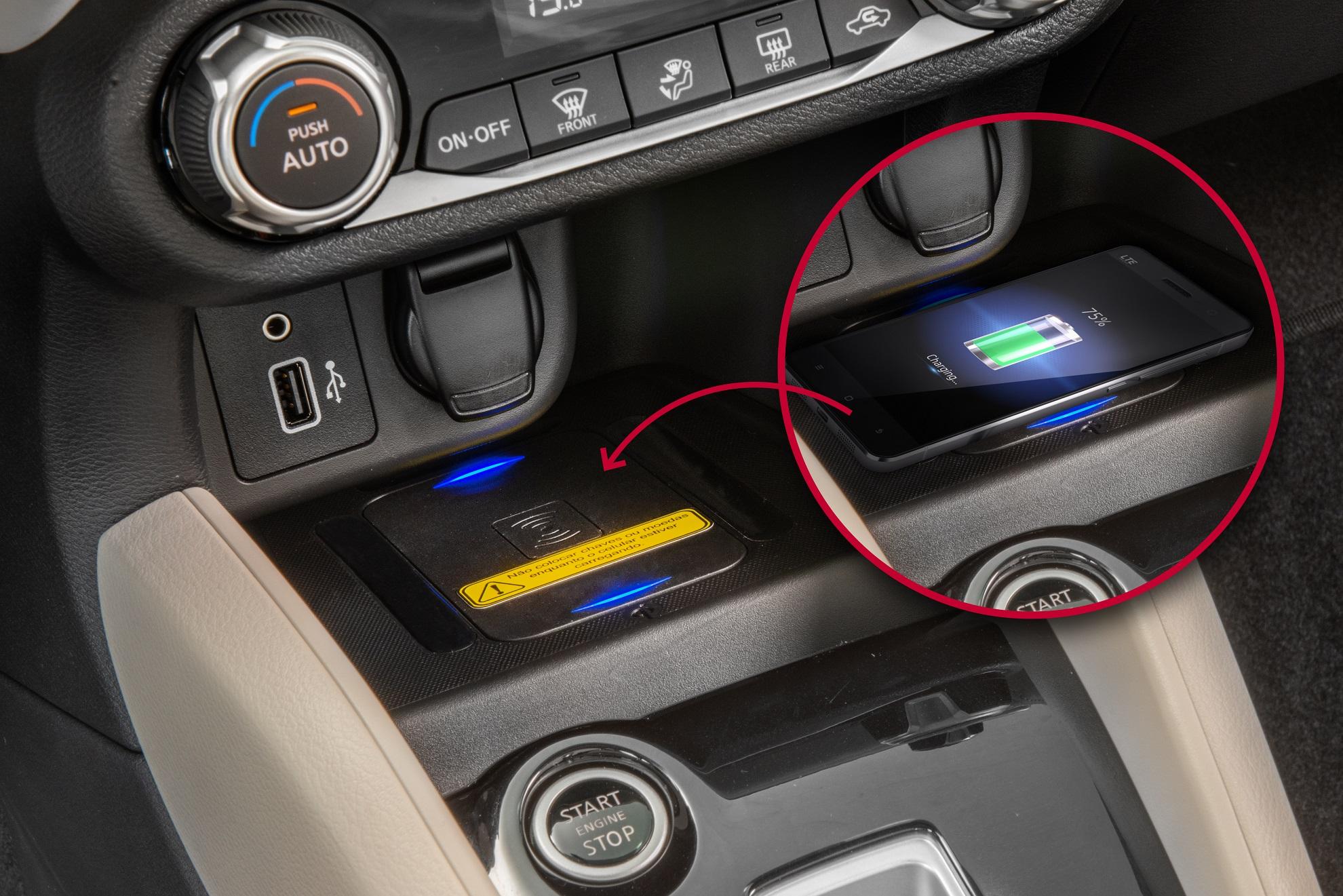Console do Nissan Versa com carregador por indução