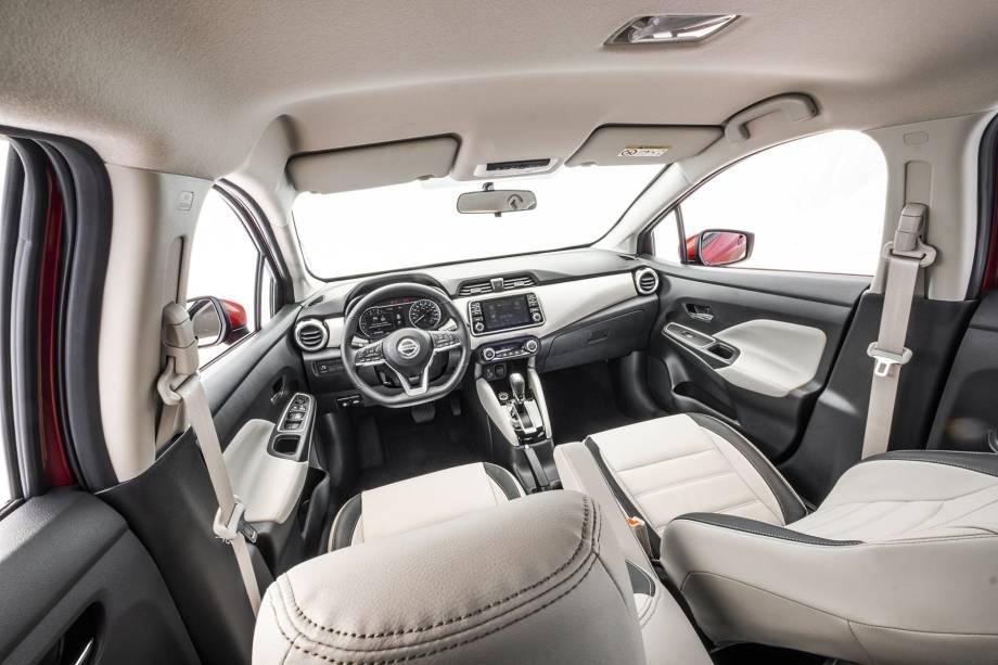 O painel do sedã bem como a central multimídia e o painel de instrumentos vieram do SUV Kicks. Há duas portas USB no console