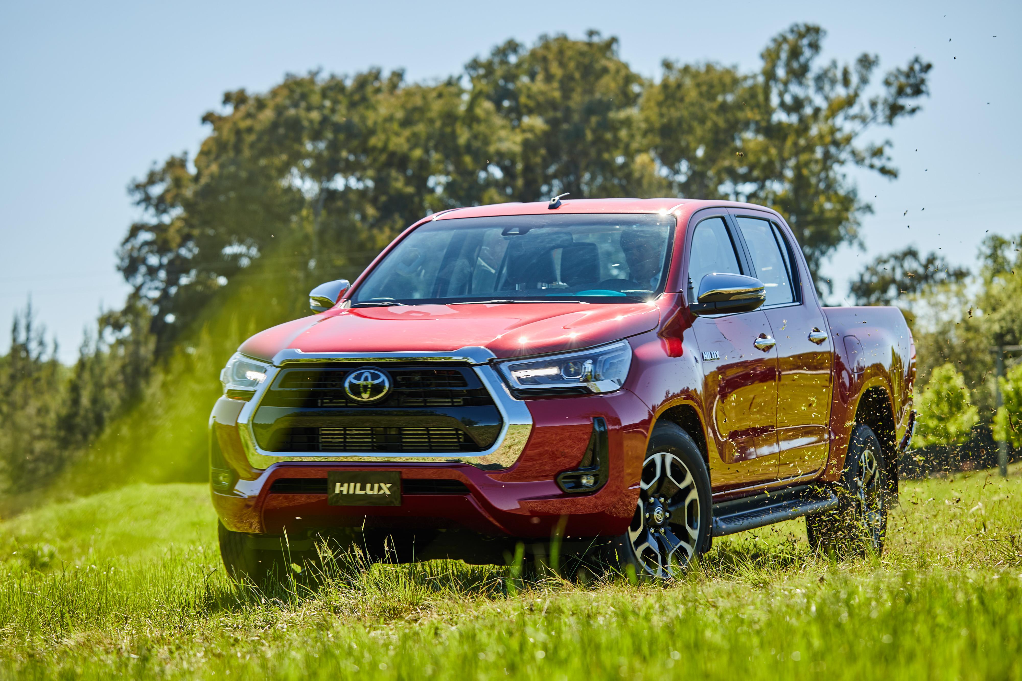 Toyota Hilux 2021 vermelha vista 3/4 de frente