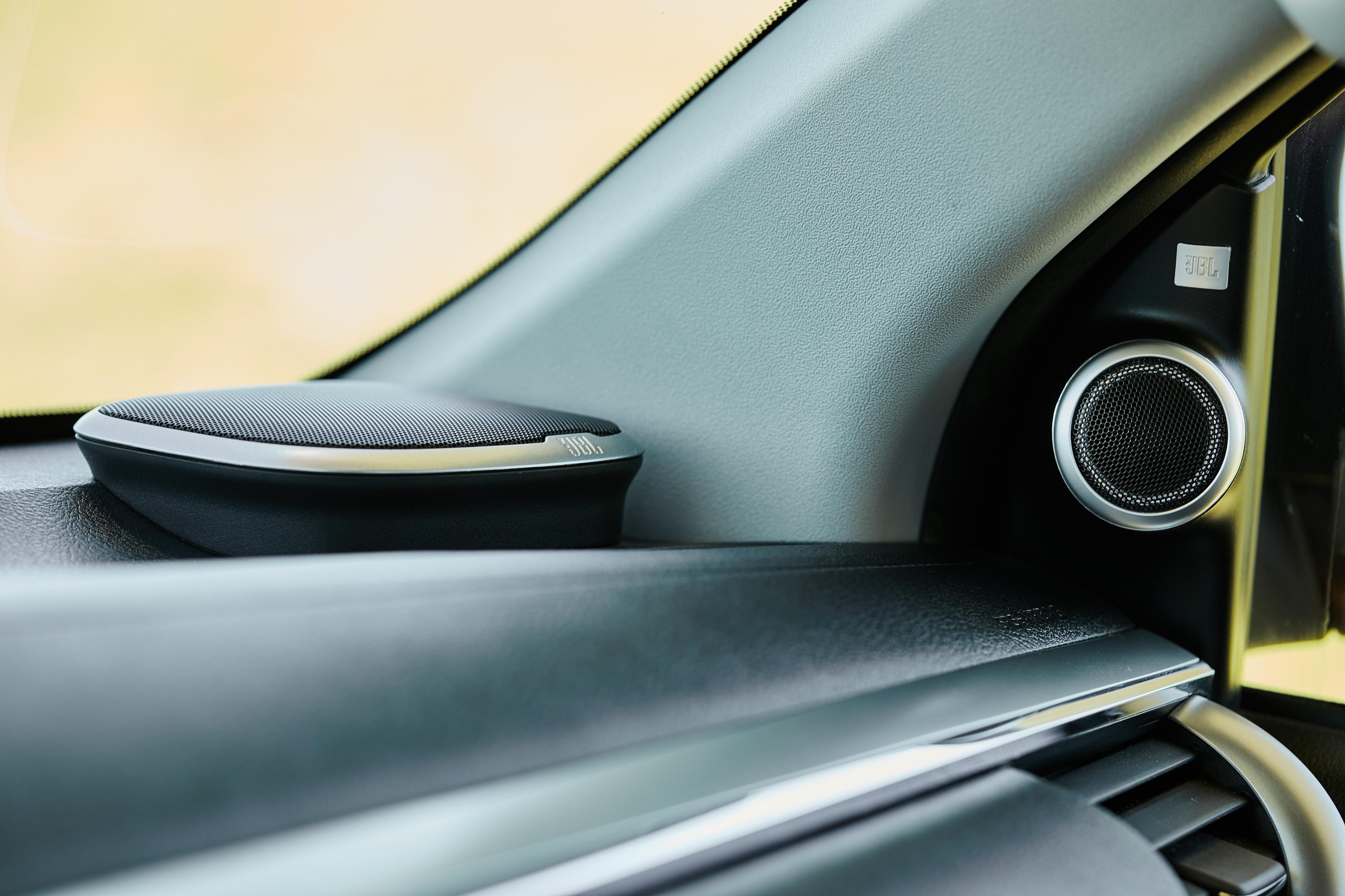 Sistema de som traz alto-falantes nas portas e sobre o painel