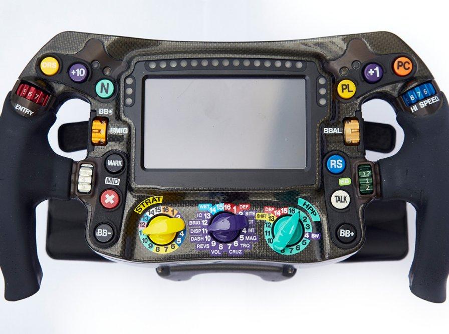 Se gaba por ter dedos ágeis no videogame? Que tal tentar um volante de F1 a 300 km/h e com luvas grossas?