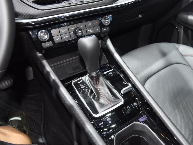 Imagem permite ver o carregador sem fio e o botão do auto-hold