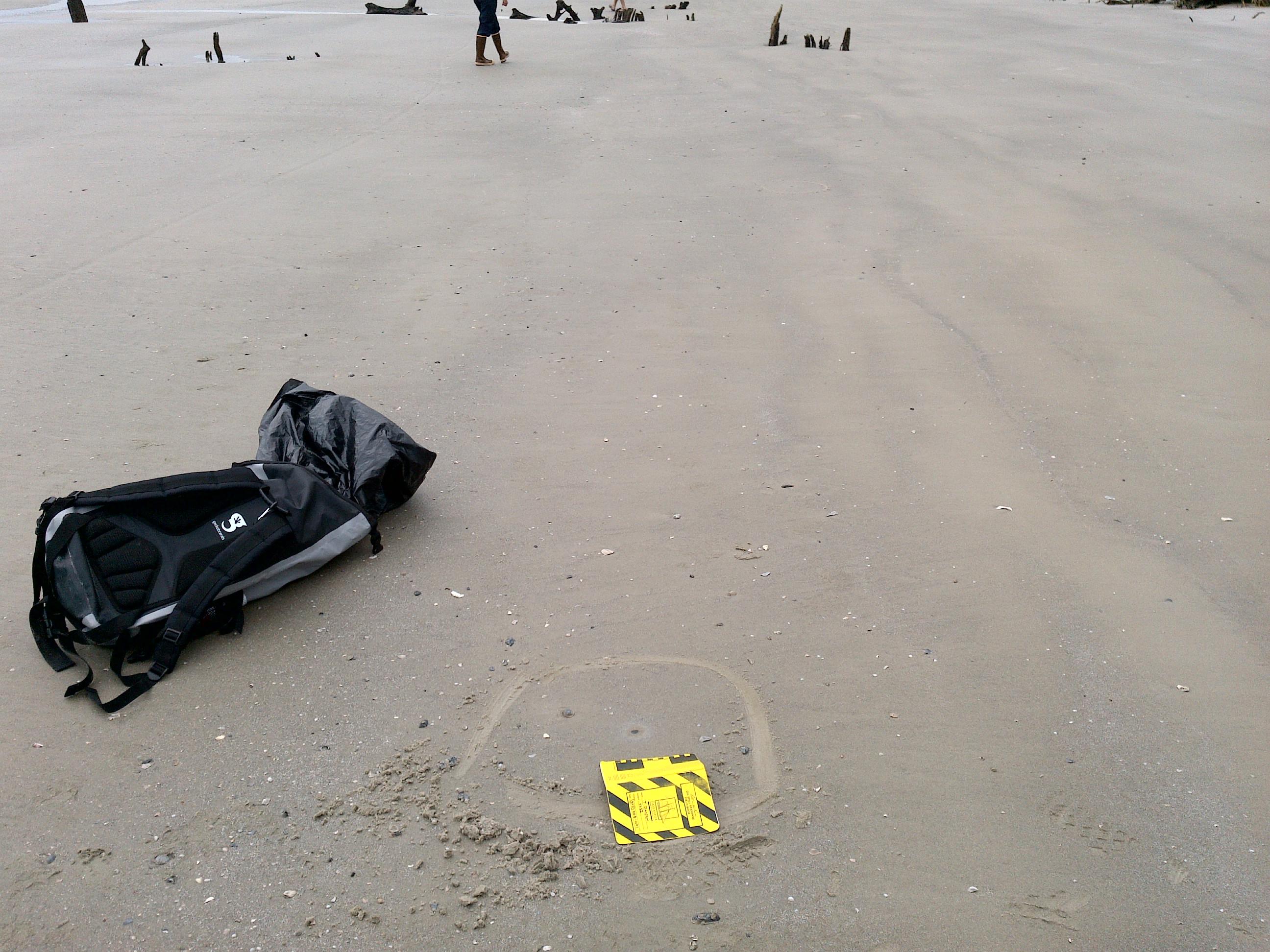 Uma das peças automotivas que caíram do Golden Ray e chegaram às praias da Geórgia