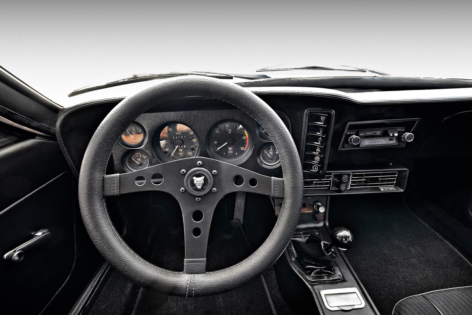 Instrumentos e botões no painel eram derivados da linha Chevrolet