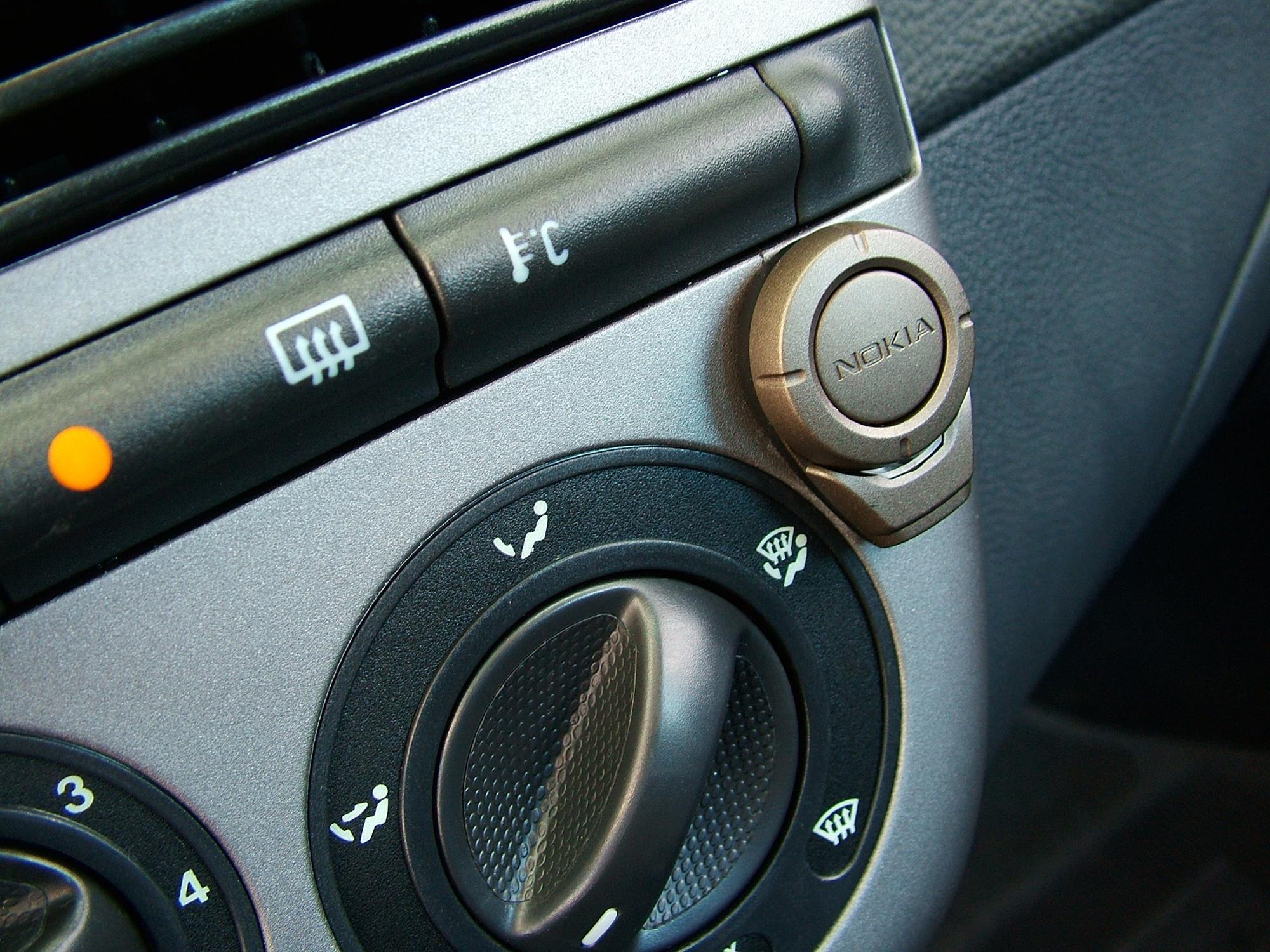 Detalhe do recurso viva-voz no painel do automóvel Marea SX 1.6 16V, modelo 2005