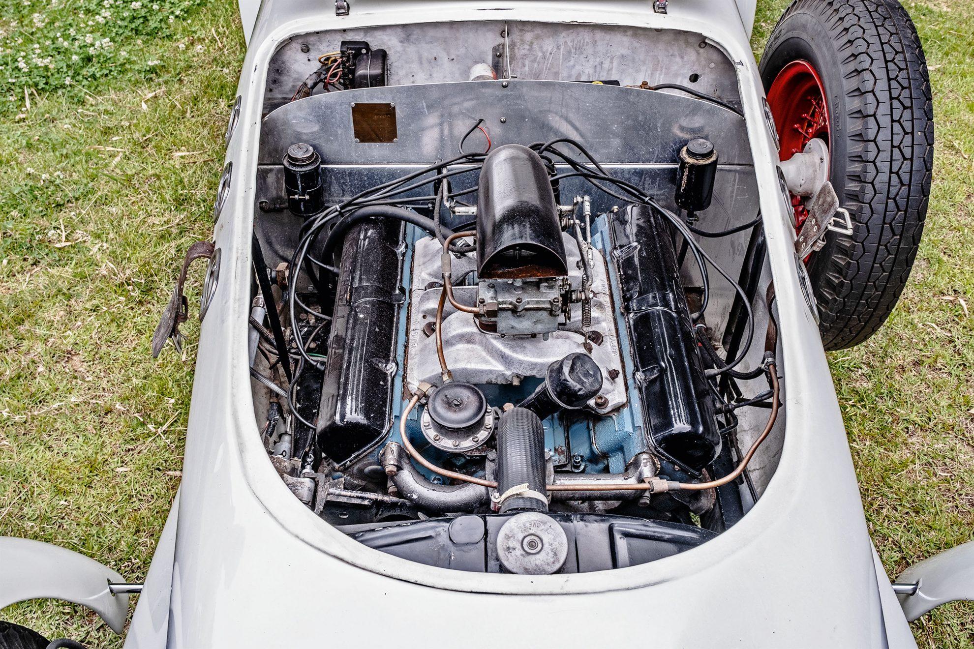 Instalado na dianteira, o V8 da Cadillac gera 160 cv de potência