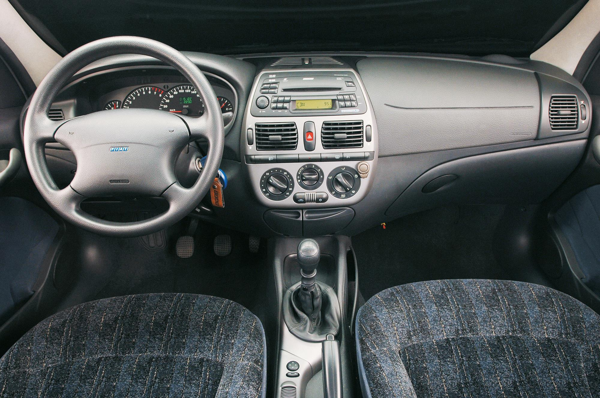 Interior do Marea SX 1.6 da Fiat, sedã modelo 2006, testado pela revista Quatro