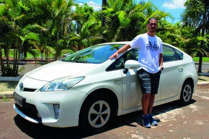 Proprietário ao lado de Prius problemático