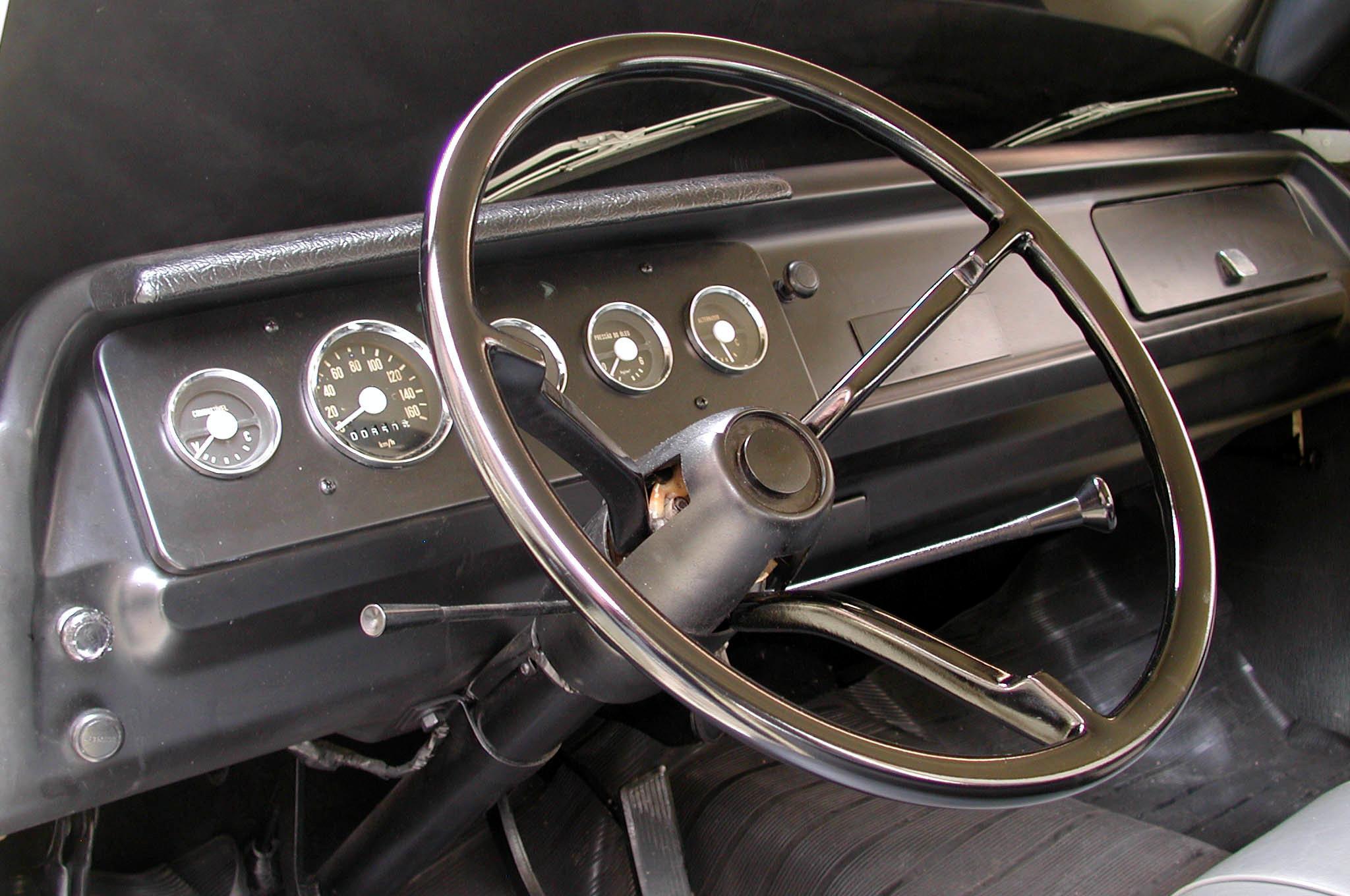 Painel da picape Dodge D 100, versão standard modelo 1970 da Chrysler, de propri