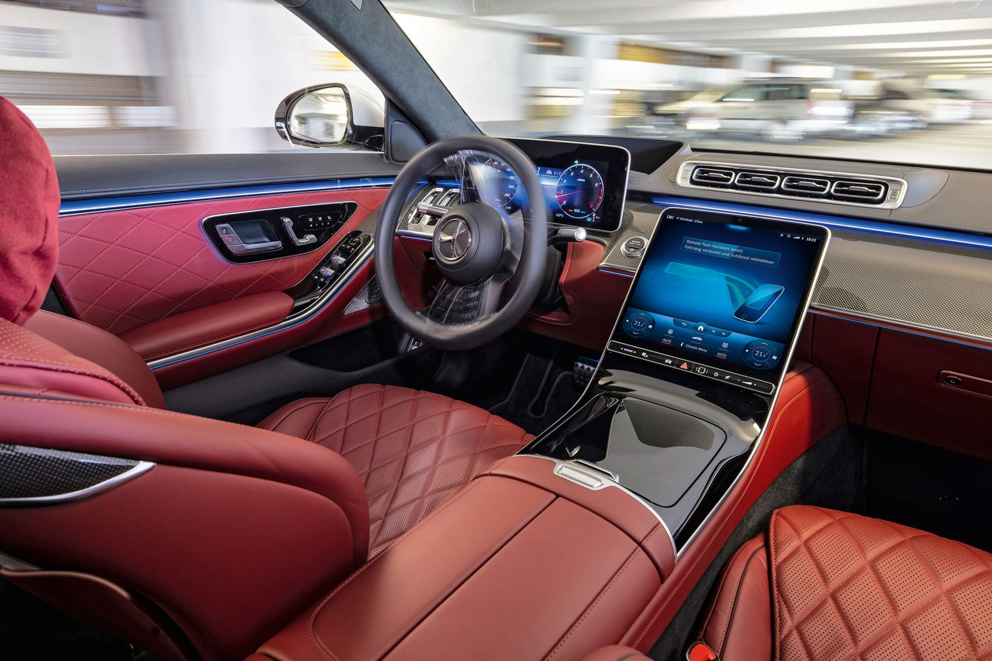 Mercedes-Benz S 500 4MATIC (Krafstoffverbrauch kombiniert (NEFZ): 8,4,7-7,8 l/100 km, CO2-Emissionen kombiniert (NEFZ): 192-179 g/km); Exterieur: designo diamantweiss bright, AMG Line; Interieur: Leder Exklusiv karminrot/schwarz // Mercedes-Benz S 500 4MATIC (combined fuel consupmtion (NEDC): 8.4-7.8 l/100 km, combined CO2-emissions (NEDC): 192-179 g/km); exterior: designo diamond white bright, AMG line; interior: leather exclusive carmine red/black