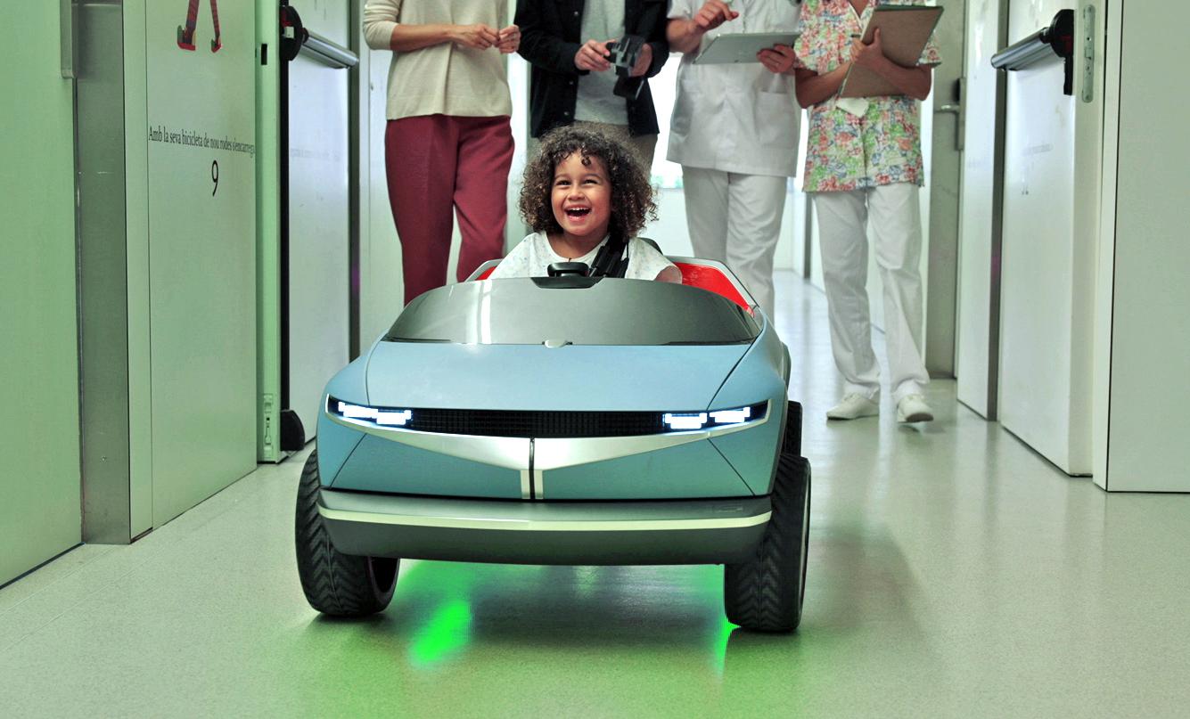 Luz verde ao redor do carro indica que a jovem motorista está feliz. A expressão facial confirma