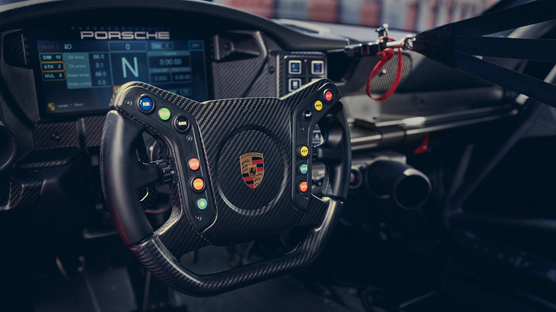 No interior há novos volante e painel de instrumentos, para ficar bonito nas câmeras onboard