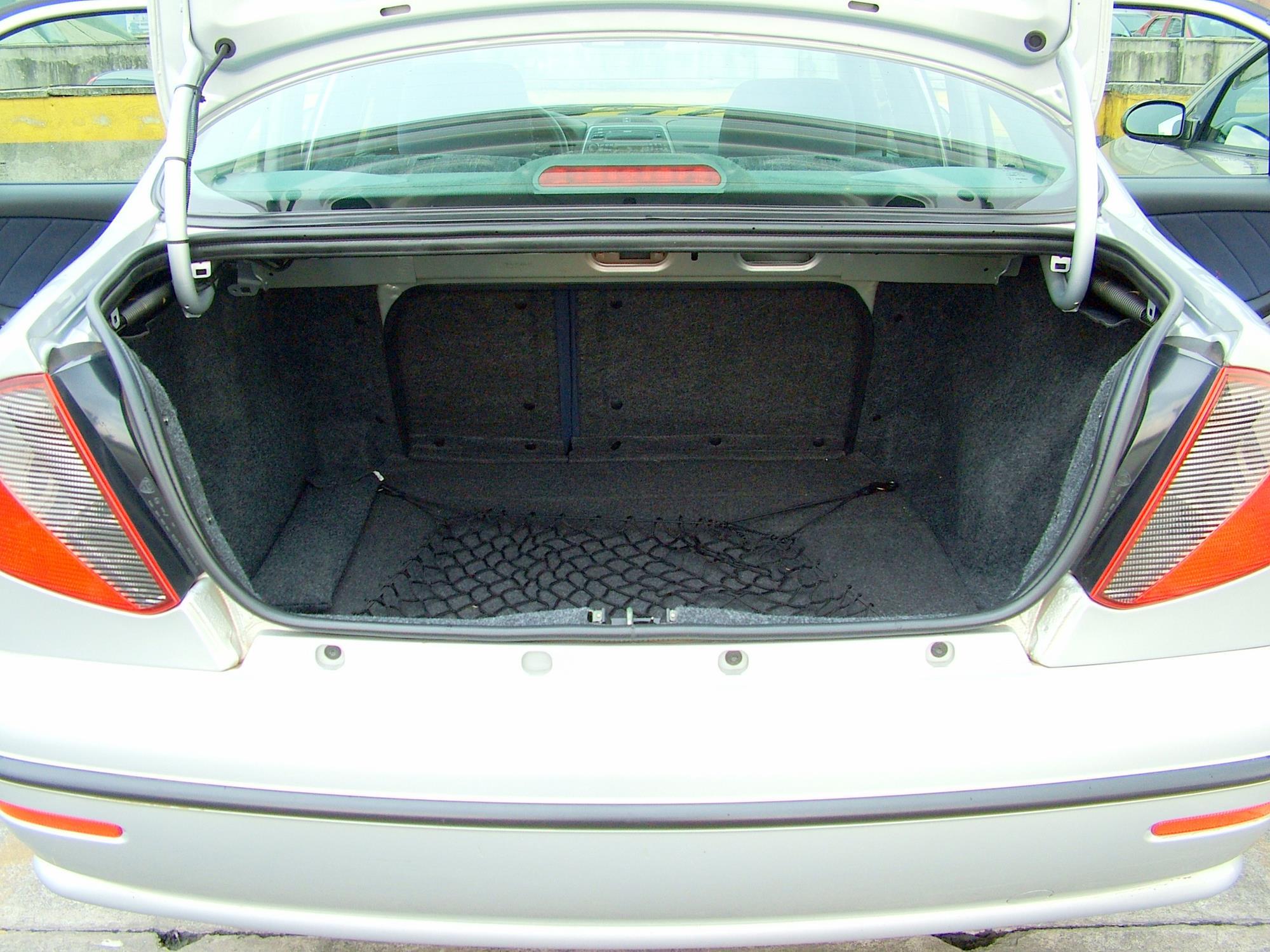 Porta-malas do Marea SX 1.6 da Fiat, sedã modelo 2006, testado pela revista Quat