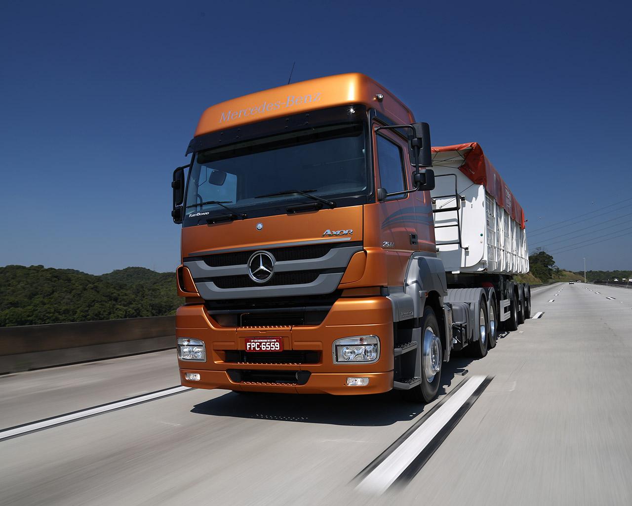 Volkswagen/MAN, Scania, Volvo, Iveco, entre outras, tiraram a Mercedes da zona de conforto. A linha Axor busca alinhar bom preço a tecnologia e desempenho em resposta aos rivais