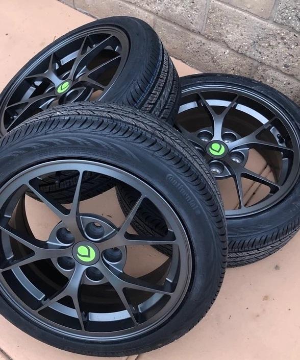 Ao todos, as rodas e pneus pesam 18 kg