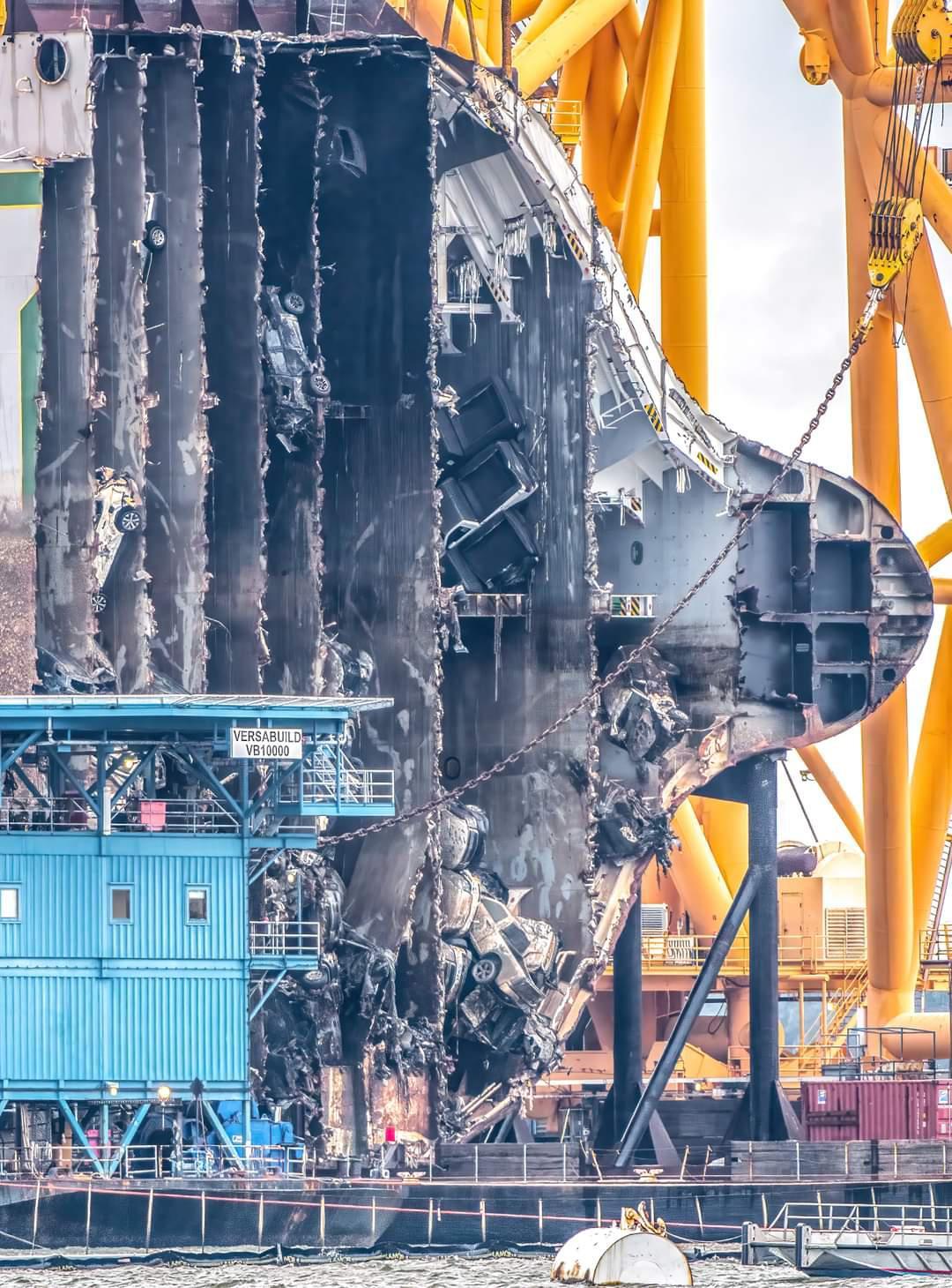 Picapes, SUVs e compactos ficaram destruídos e revirados no interior da embarcação