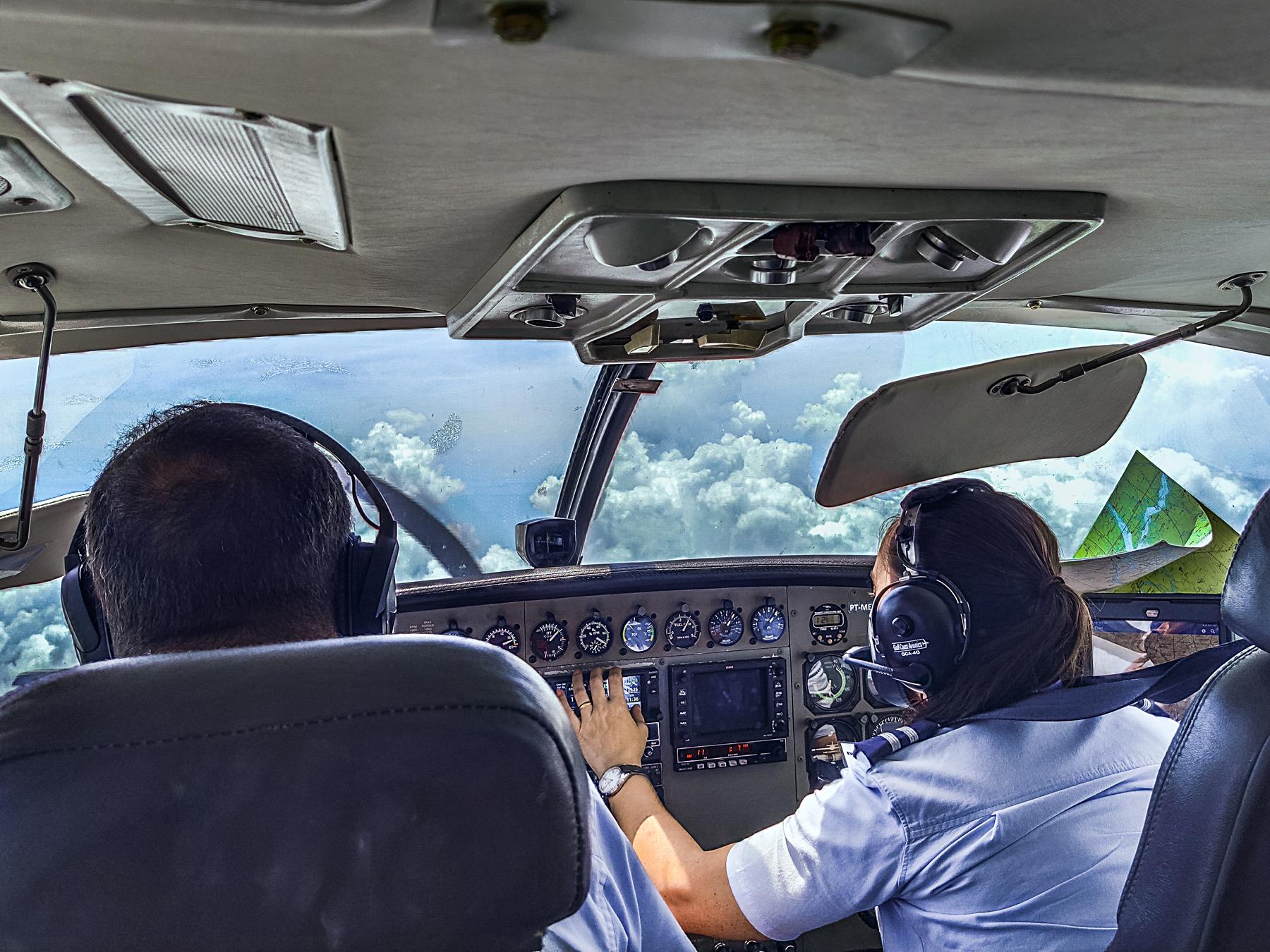 Passageiros podem acompanhar todas as ações do cockpit. Uma aula ao vivo de aeronáutica.