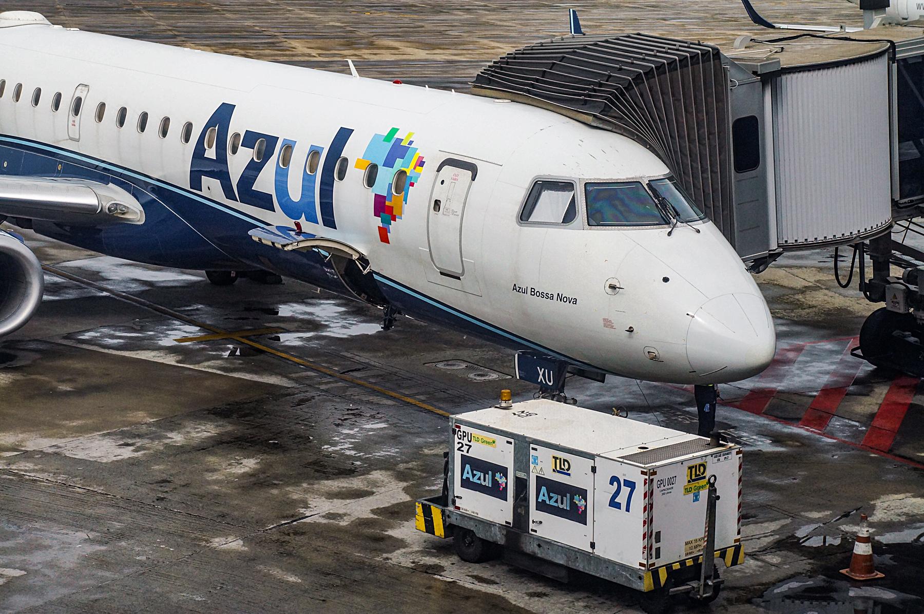 Embraer 195 conectado ao finger do aeroporto de Confins