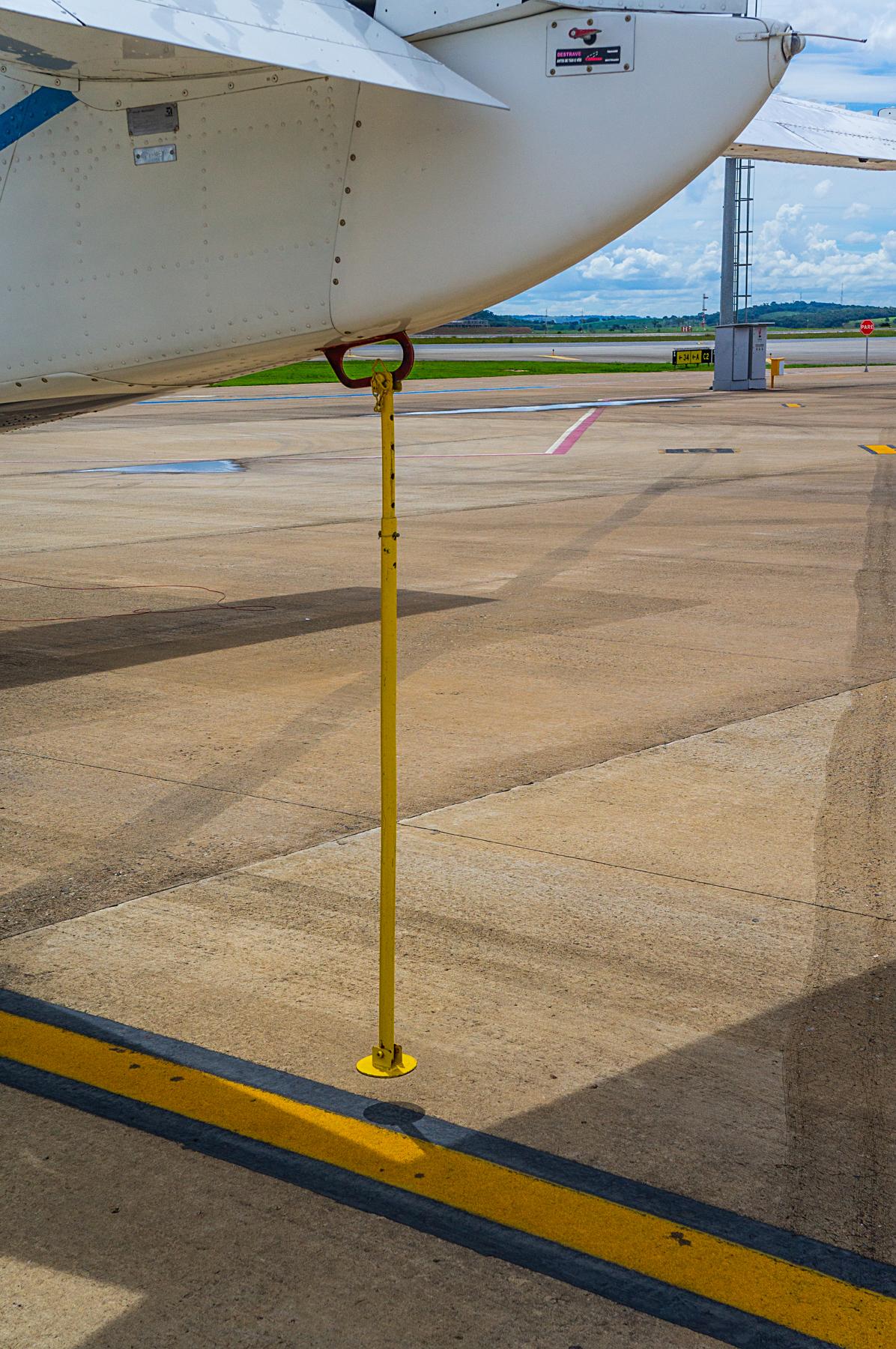 Como a maior parte das bagagens fica atrás, essa haste amarela evita que a cauda bata no chão caso o carregamento seja mal feito.