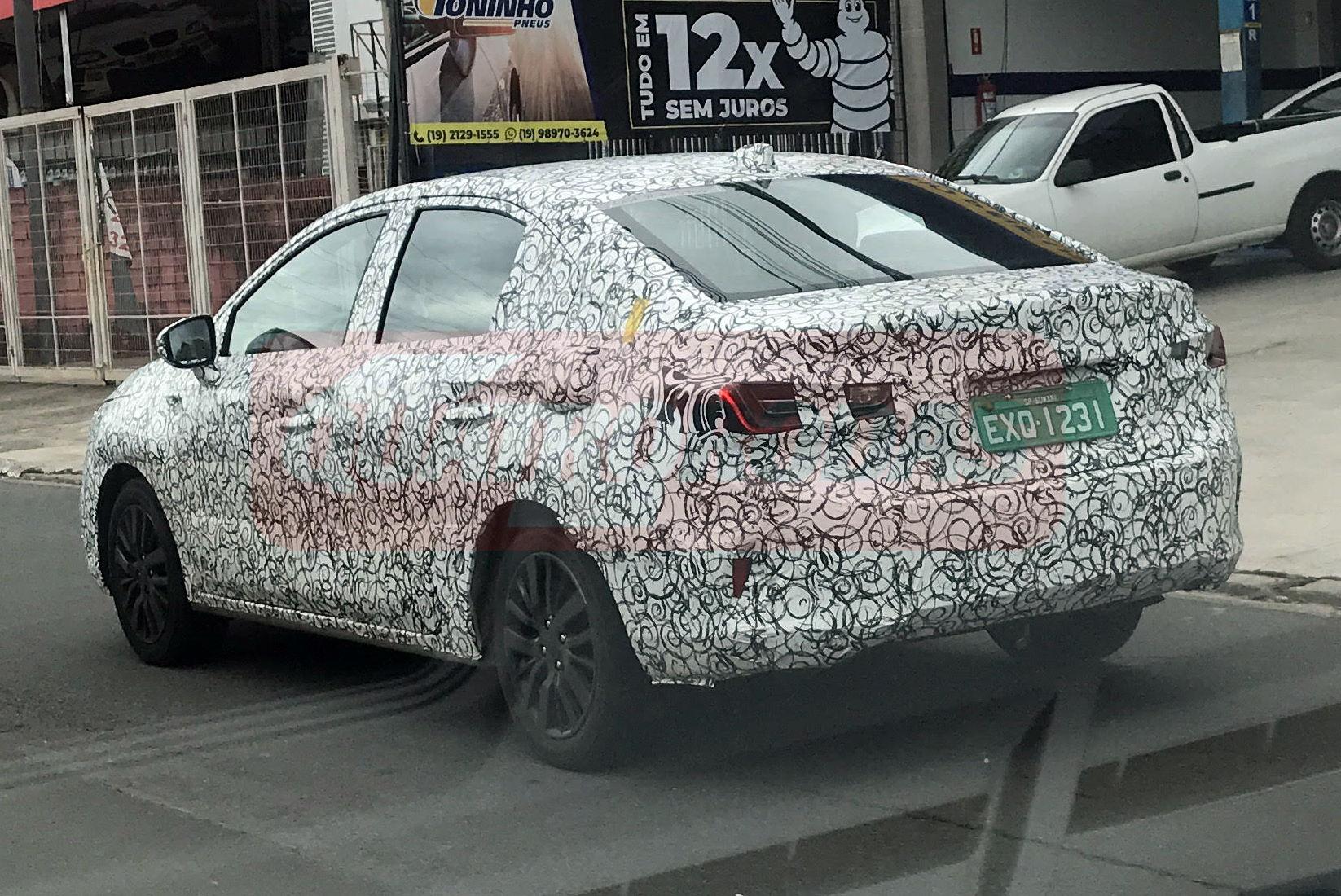 Honda City 2022 de traseira e camuflado