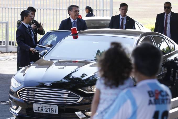 Jair Bolsonaro saindo do Palácio do Planalto.