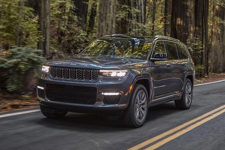 Nova geração do Jeep Grand Cherokee também tem faróis alinhados com a grade