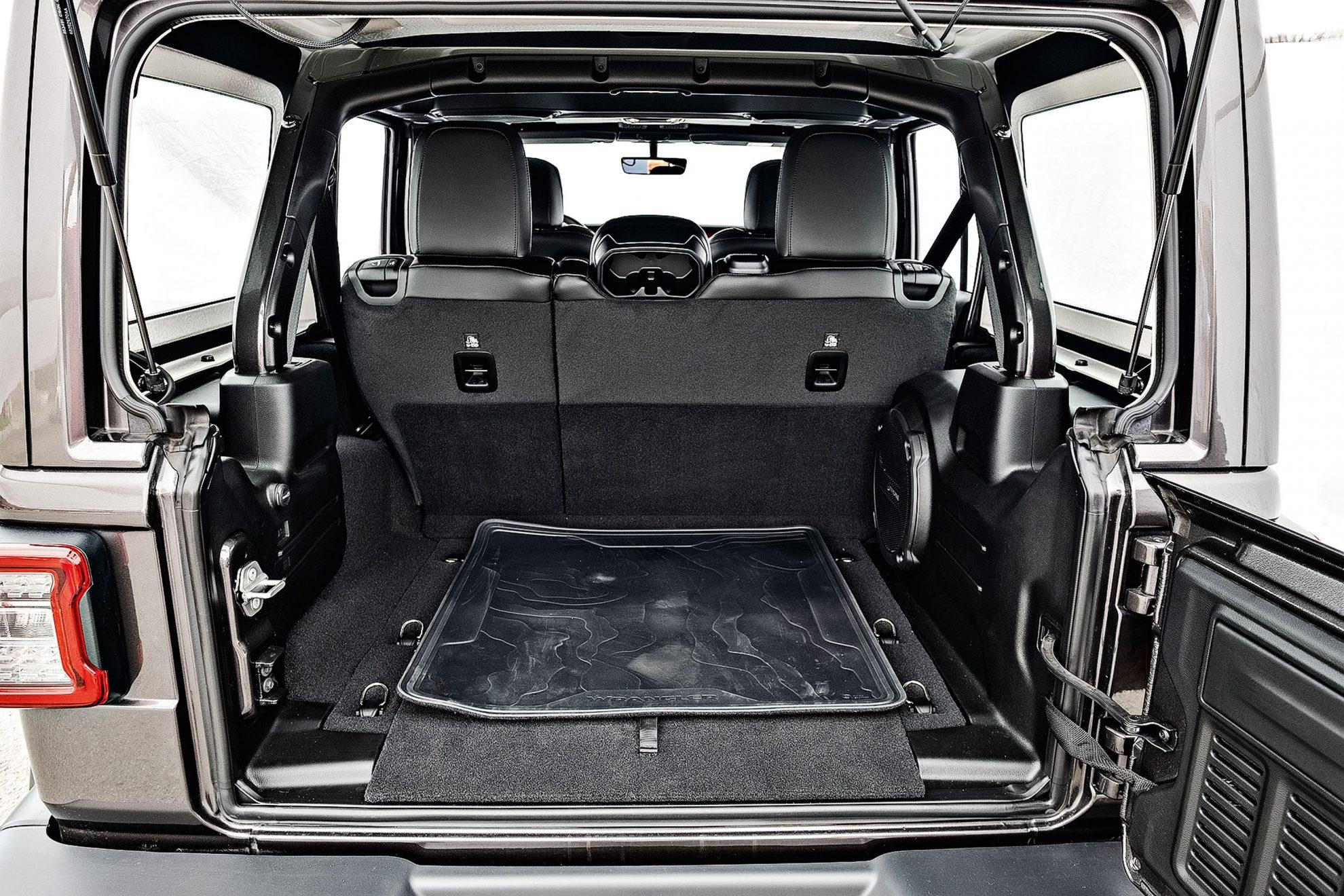 Porta-malas tem capacidade de 498 litros, sem rebater os bancos.