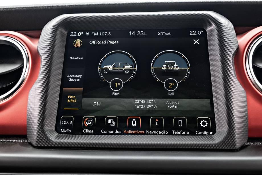 Central multimídia tem informações de navegação off-road, com altitude e tipo de tração em uso.