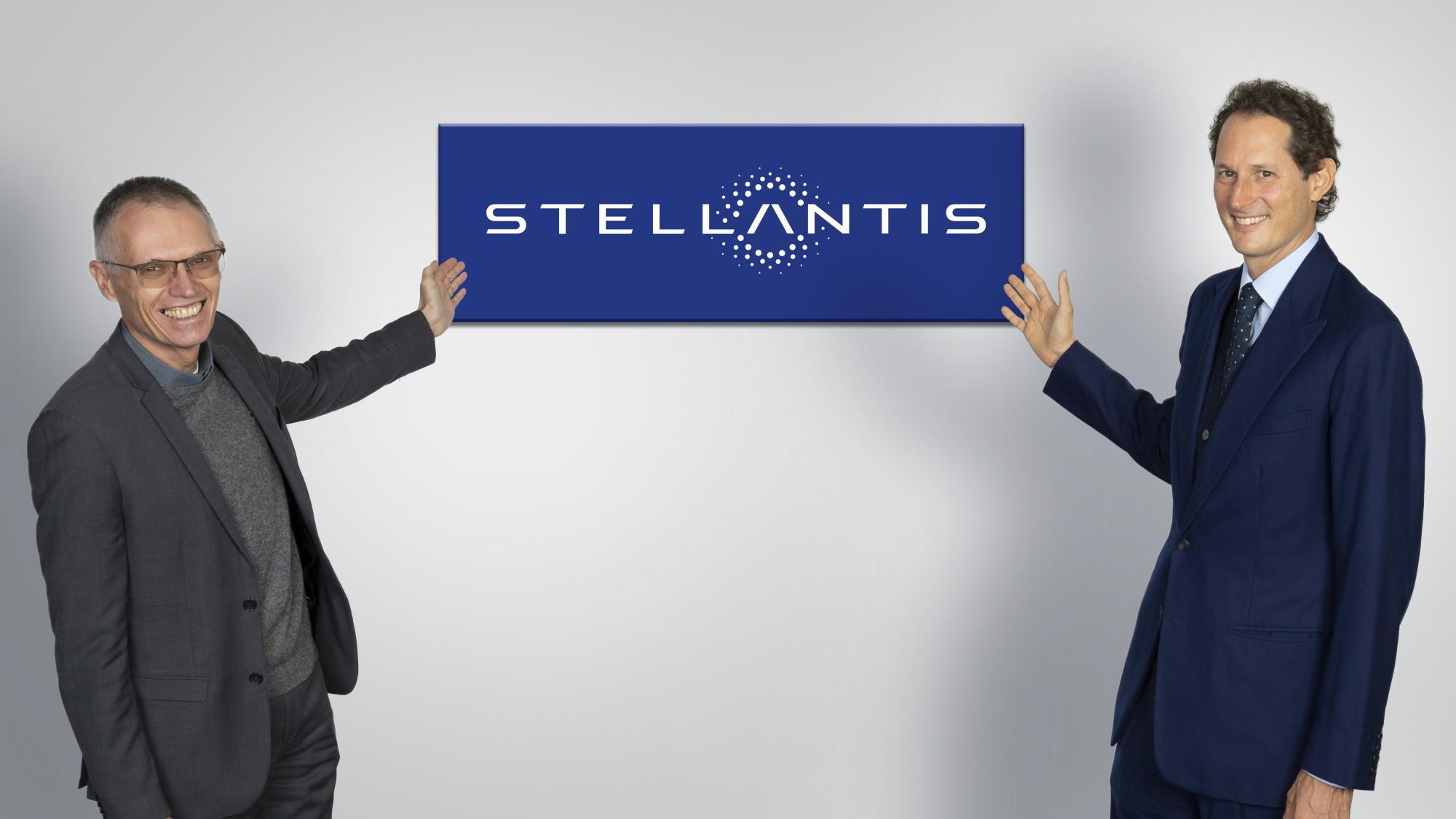 Carlos Tavares (esquerda), CEO da Stellantis, e John Elkann (Direita), Chairmann da nova empresa