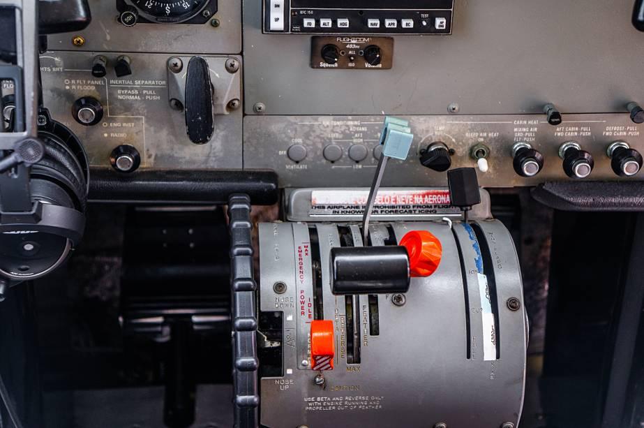 Da direita para a esquerda, as alavancas de ajuste de flaps, mistura de ar e combustível no motor, ângulo de inclinação (passo) da hélice (a fim de fazê-la operar em RPMs ideais, como nos carros) e o acelerador.