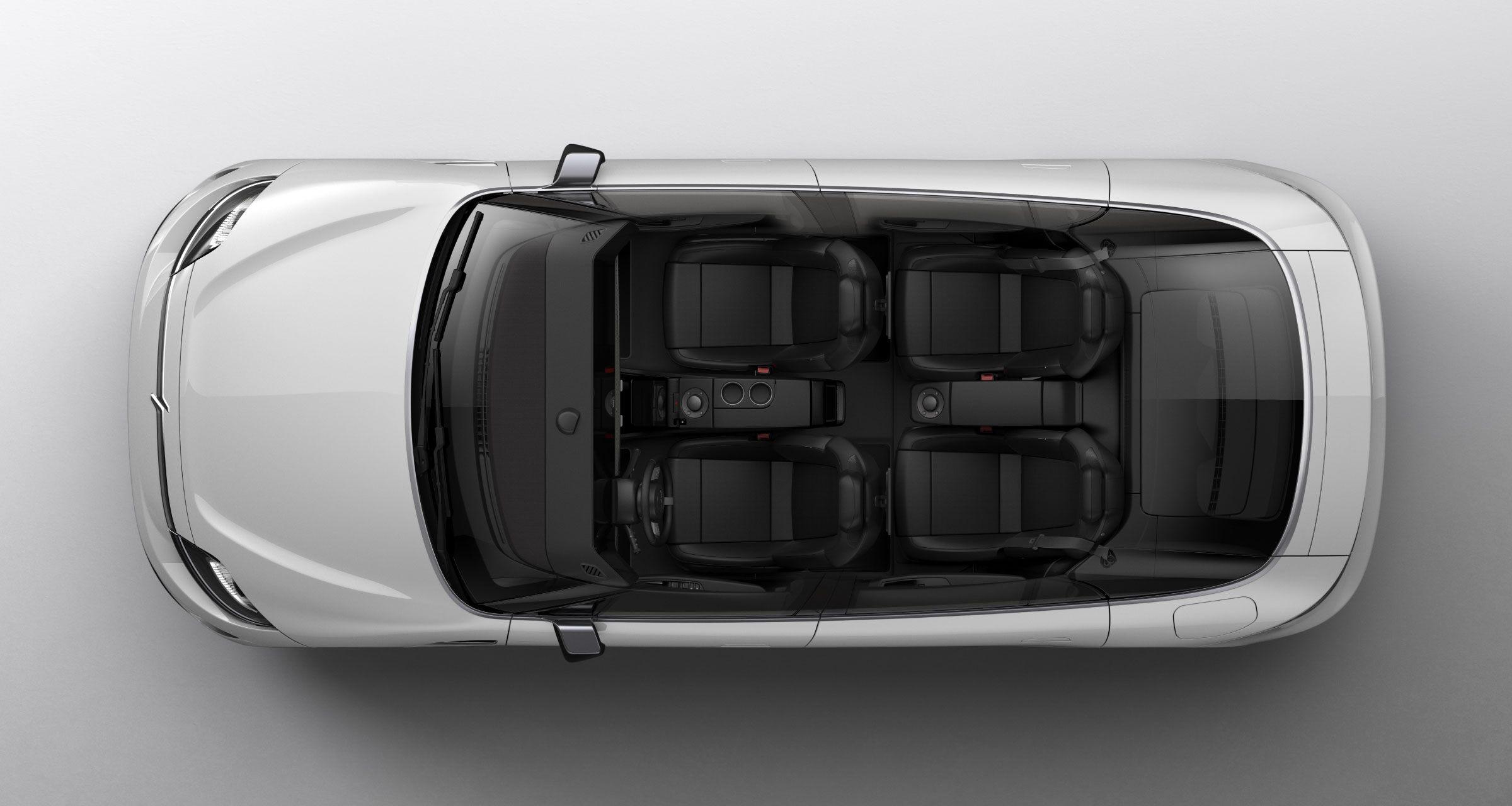 O belo teto de vidro revela os quatro assentos do veículo