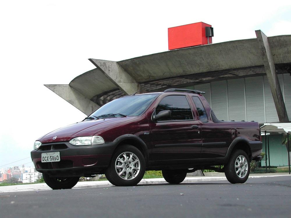 Strada Working 1.5, picape com cabine estendida da Fiat, modelo 2001.