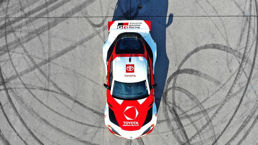 Toyota Supra modificado parado em cima das marcas de derrapagem.