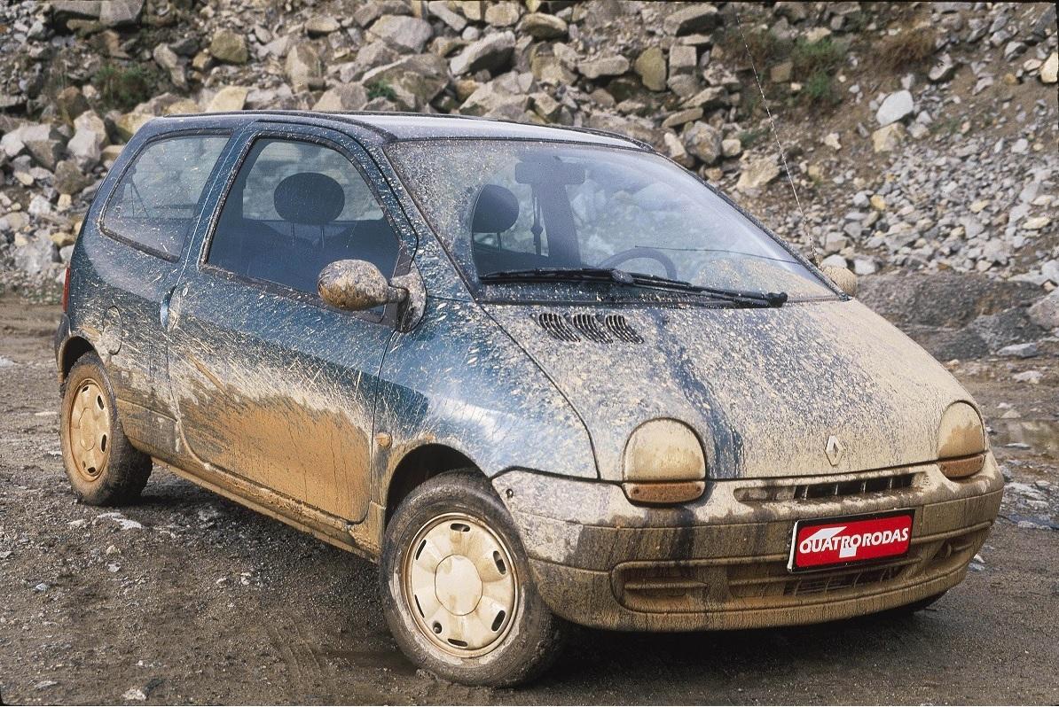 Twingo sujo, compacto da Renault, da frota de testes da revista Quatro Rodas.