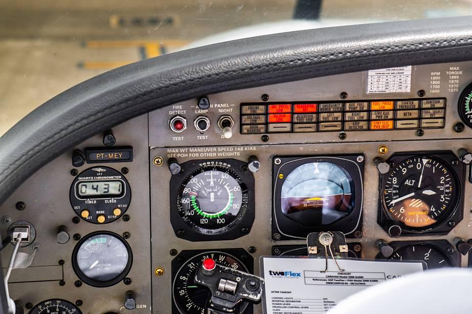 A vista do piloto, com destaque para o manche, altímetro (em pés), velocímetro (em nós, ou milhas náuticas/hora) e horizonte artifical