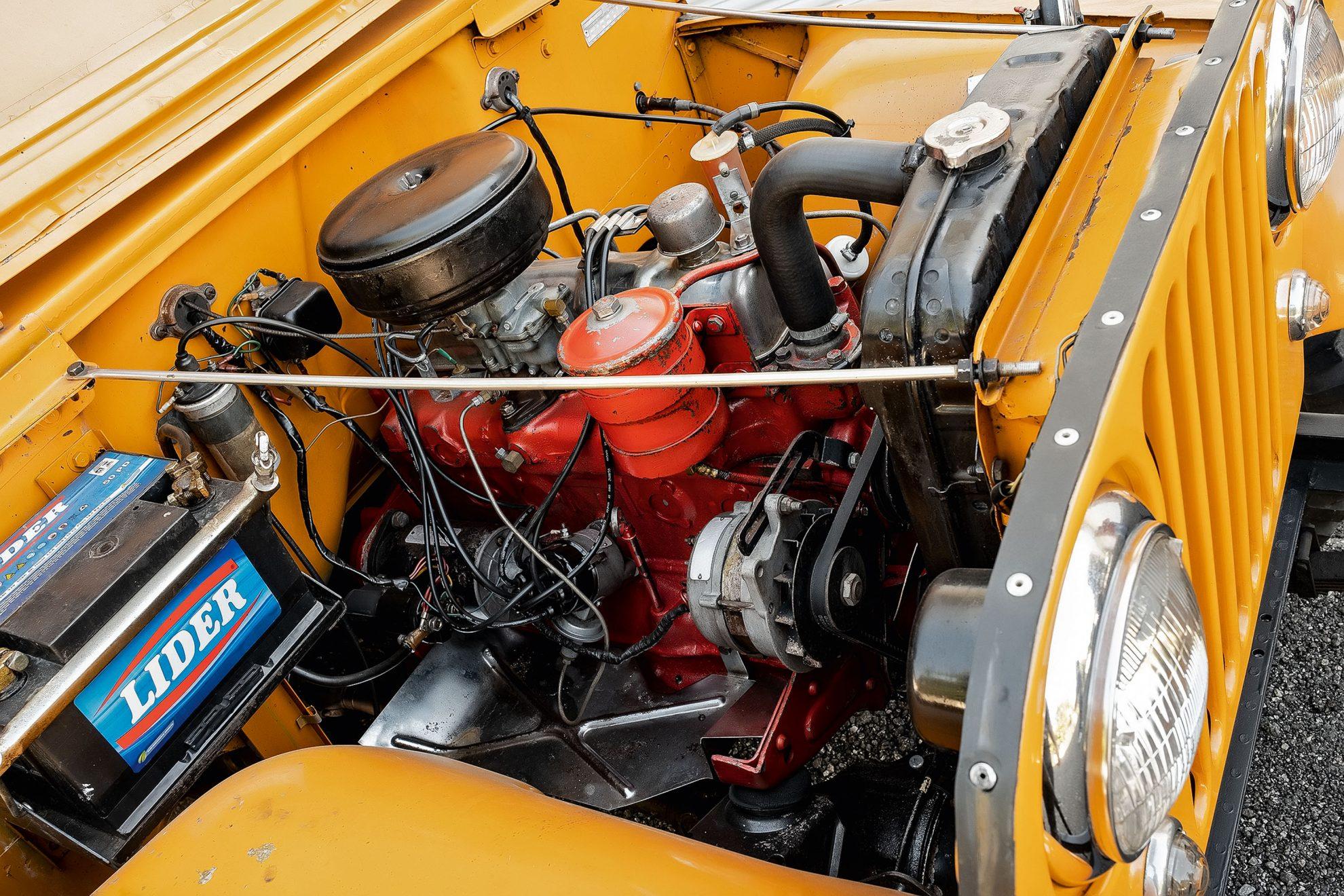 Motor de seis cilindros veio em 1958. Alavancas separadas para tração 4x4 e reduzida.