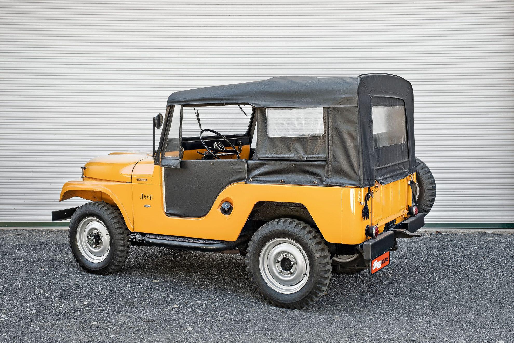 O para-lama traseiro trapezoidal era típico do Jeep nacional.